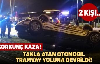 Takla atan otomobil tramvay yoluna devrildi! 2 kişi...