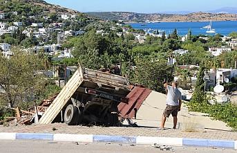 Ev salçası yaparken evinin çatısından içeri kamyon girdi