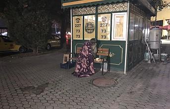 Otobüs terminali önünde yürek burkan görüntü
