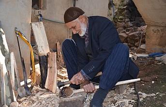 Ahmet dede yaptığı tahta kaşıkları gelinlik kızlara hediye ediyor