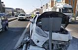Diyarbakır'da refüje çıkıp trafik levhasına çarpan otomobil alev aldı: 2 yaralı