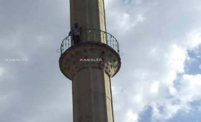 Minareye çıkarak intihar etmek istedi!