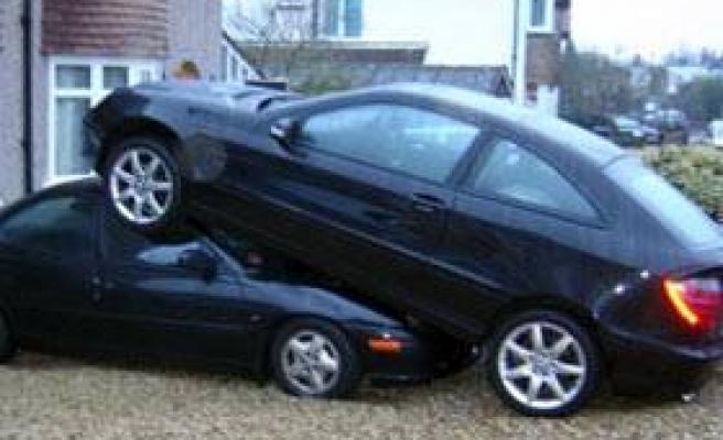 Kadın sürücü, arabasını böyle park etti