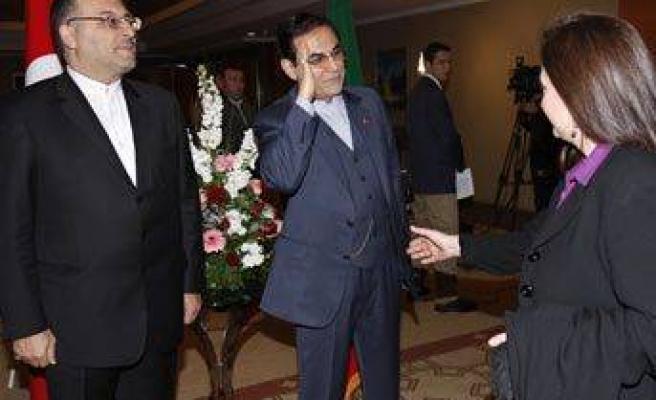 Büyükelçi sanatçının elini havada bıraktı
