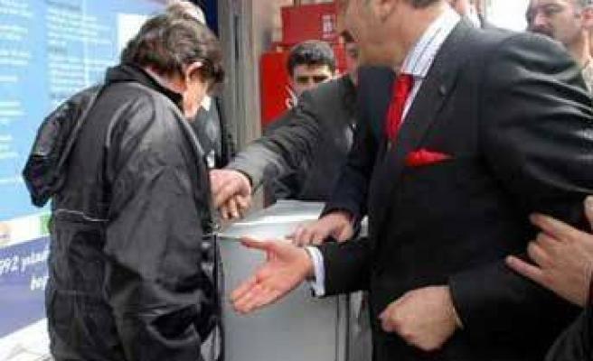 FLAŞ: Bakanın eli havada kaldı!