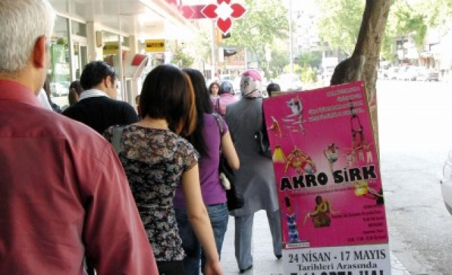 Trabzon Bulvarı'na yine 'sirk' reklâmı kondu!