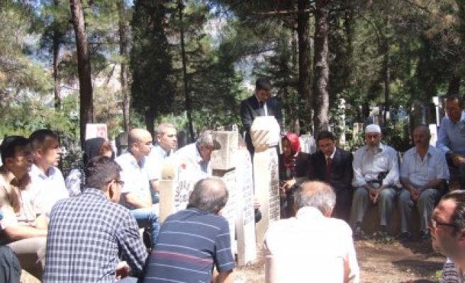 Gazeteci Osman Sayın mezarı başında anıldı'