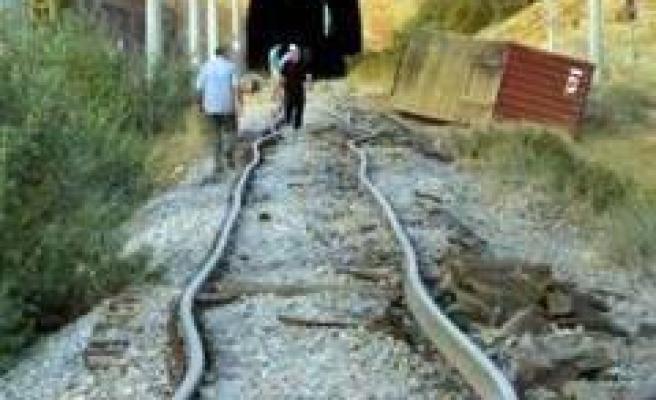 Aşırı sıcaklar Pazarcık'ta tren devirdi!