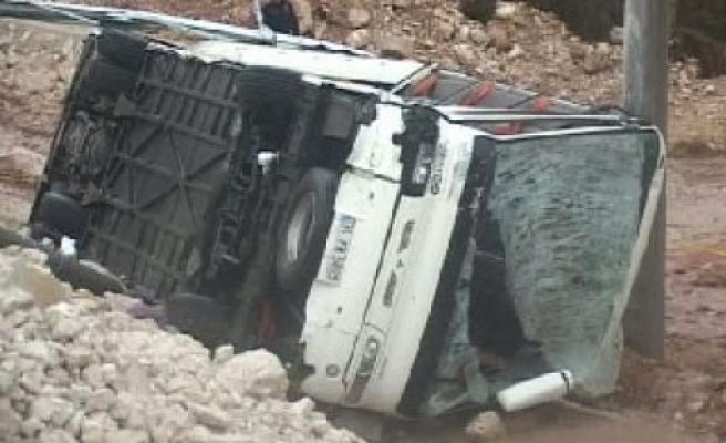 Futbolcuların otobüsü kaza yaptı: 1 ölü..