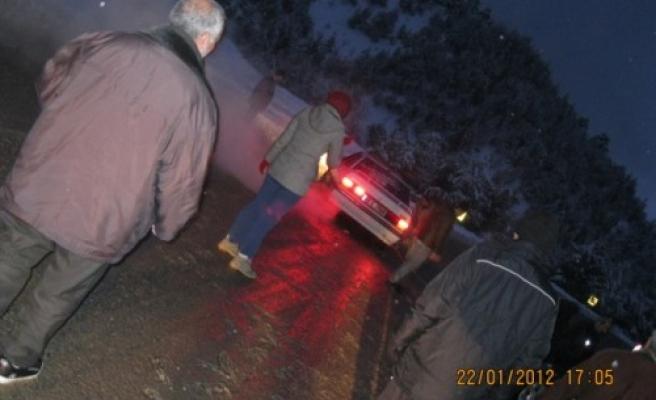 Yolda mahsur kalanları AKMOD kurtardı...