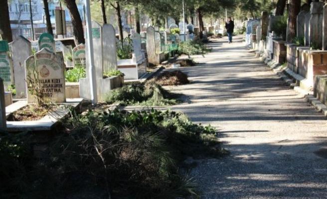Mezarlıkta mıntıka temizliği yapıldı...