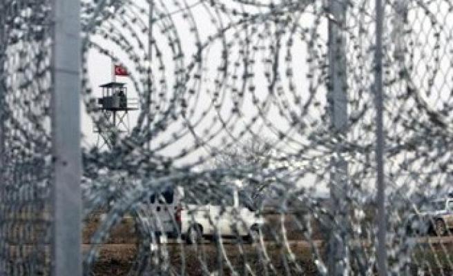 Yunanistan, sınıra tel örgü döşemeye başladı!