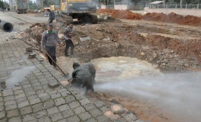 İslahiye'de su borusu patladı..