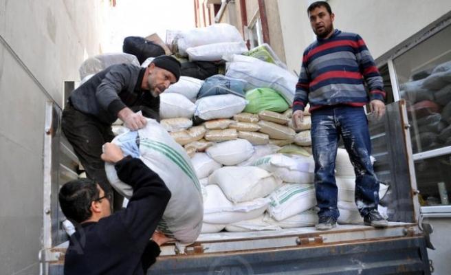 Elbistan'dan Suriyelilere gıda yardımı