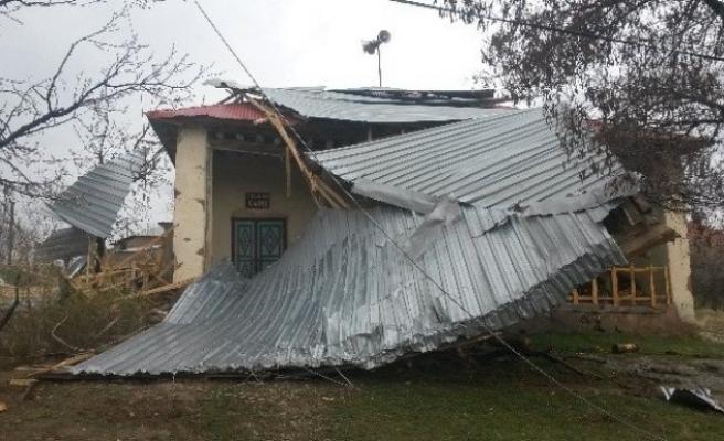Evin Çatısı Caminin Üzerine Düştü