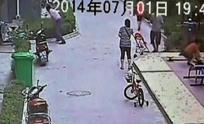 8'inci kattan düşen çocuğu havada yakaladı