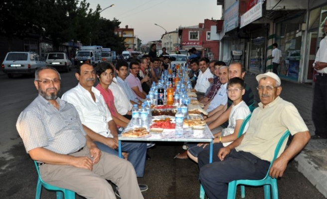 Esnaflar caddede iftar geleneği başlattı