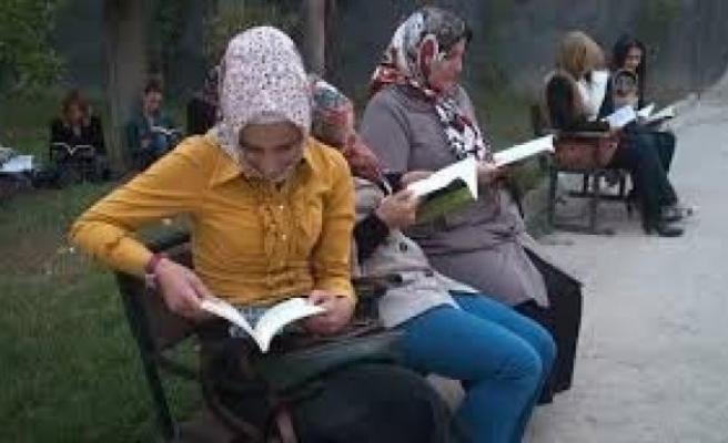 Kadınlar, hükümet konağı önünde kitap okudu