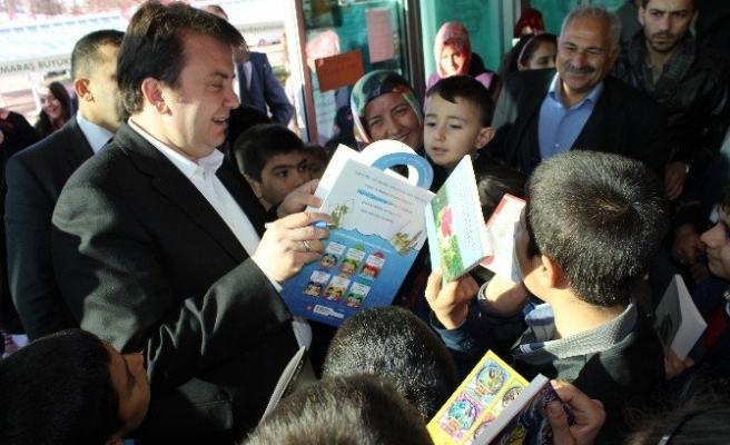Kitap Fuarında Çocukların İmza Yarışı