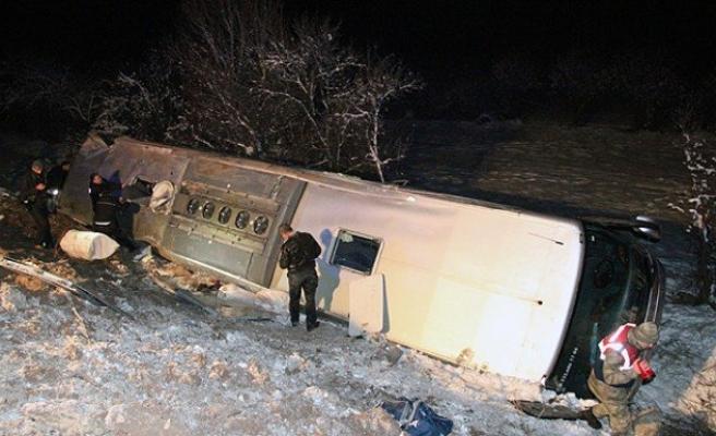 Sivas'ta yolcu otobüsü devrildi!