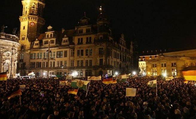 Merkel'den İslam karşıtı harekete tepki!