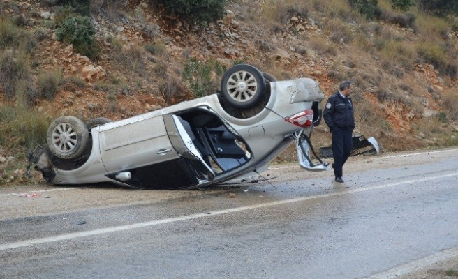 Otomobil Kayalara Çarpıp Ters Döndü: 4 Yaralı