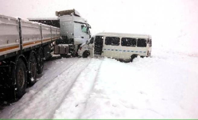 Göksun'da TIR ile Minibüs Çarpıştı: 11 Yaralı!