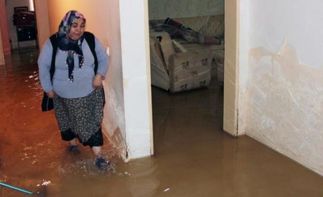 Evini su basan kadın gözyaşlarına boğuldu!