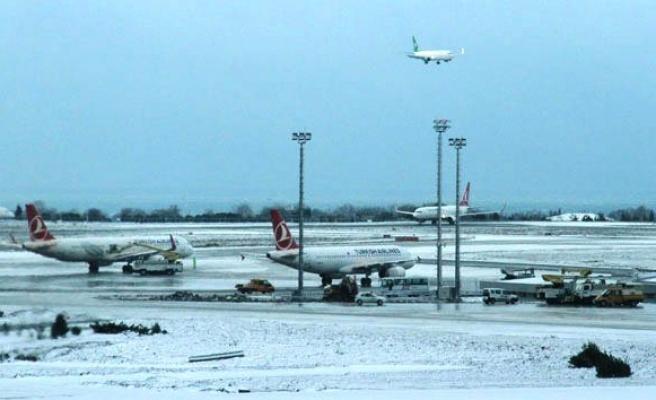 Kar, hava trafiğini olumsuz etkiliyor