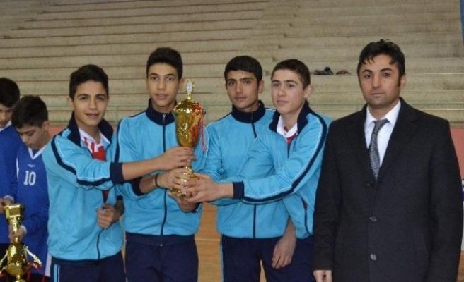 Badminton turnuvasında kupalar verildi