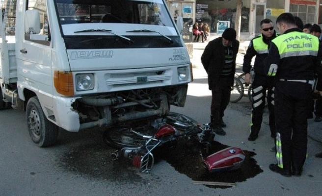 Motosikletle kamyonet çarpıştı: 2 yaralı!