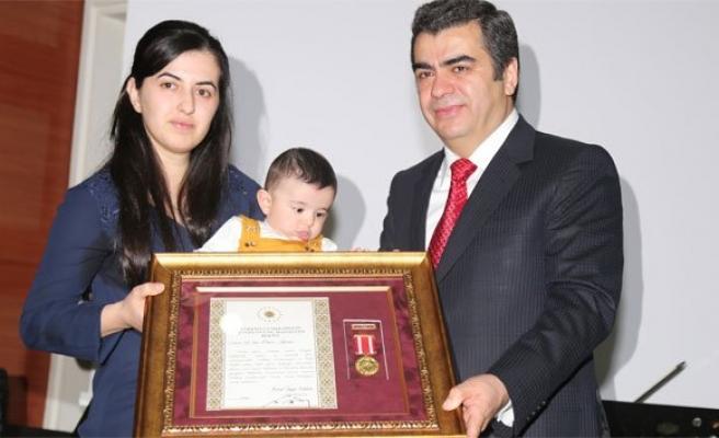 5 aylık Ömer şehit babasının madalyasını aldı!