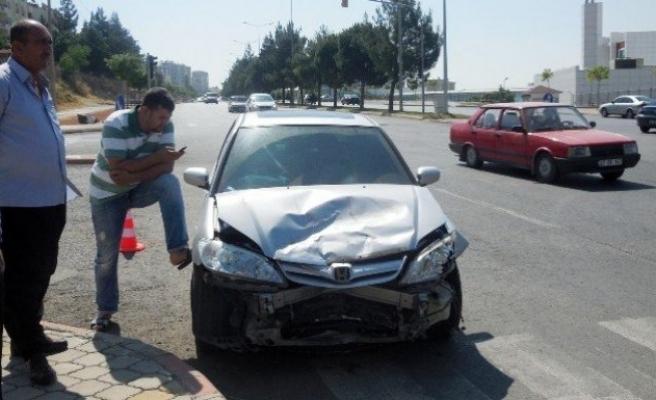 Kırmızı ışıkta bekleyen otomobile çarptı: 2 yaralı