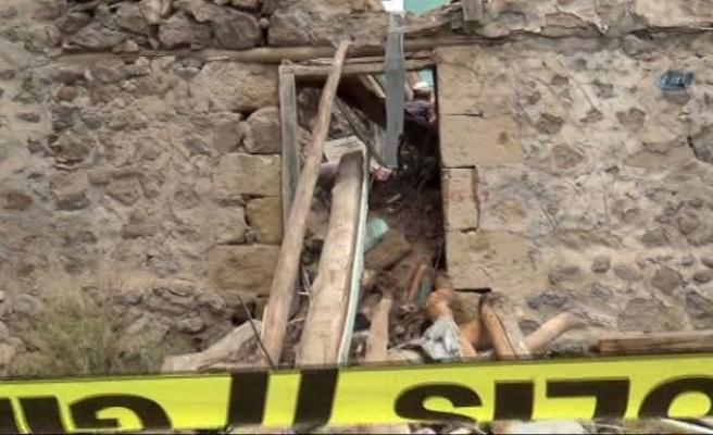 Niğde'de çöken evin altında 4 kişi kaldı!