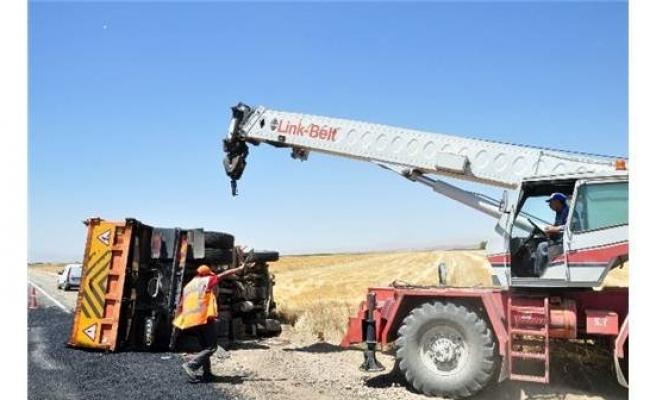 Otomobil Asfalt Kamyonuna Çarptı: 1'i Ağır 3 Kardeş Yaralandı!