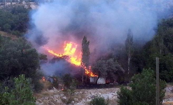 Anız yangını 3 bahçeyi kül etti!