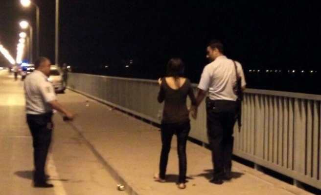 Köprüden Düşen Kadını Vatandaşlar Kurtardı!