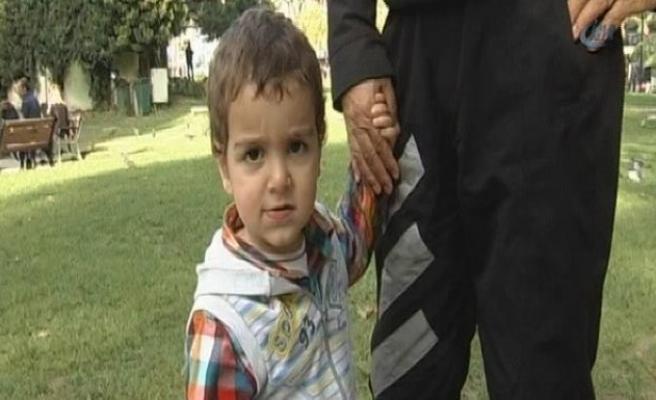Polis, annesini kaybeden çocuğun başından ayrılmadı!