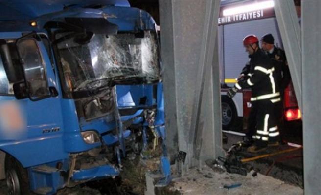 Kargo kamyonu üst geçide çarptı: 1 ölü!