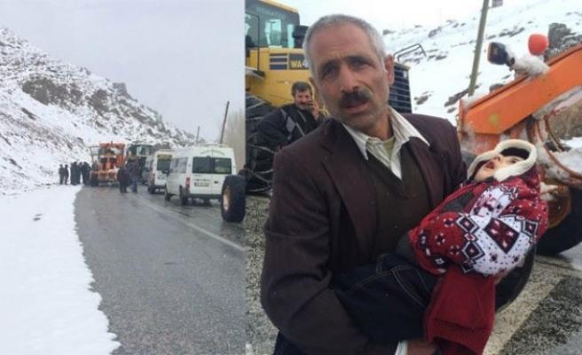 Karlı yolda hasta çocuğuyla mahsur kaldı!