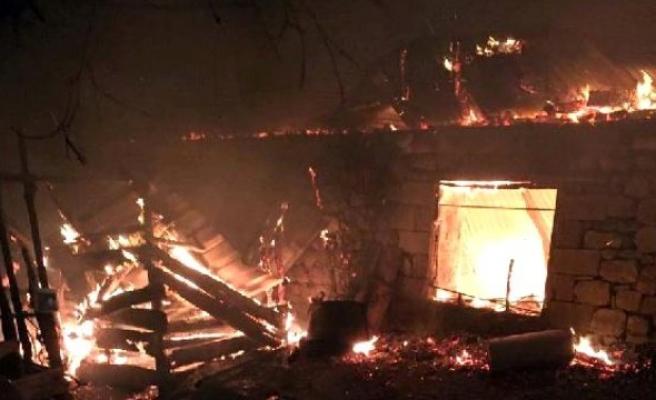 Andırın'da tek katlı ev alev alev yandı!