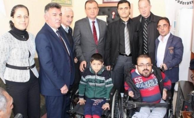 Müge Anlı engellilere tekerlekli sandalye hediye etti!