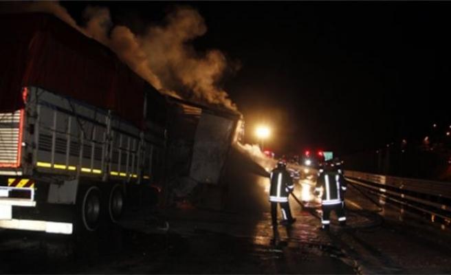 Kaza yapan TIR alev alev yandı: 2 yaralı!