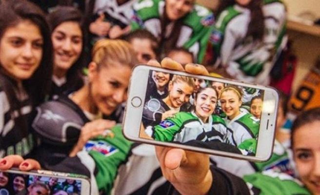 Gülben Ergen, hokey şampiyonu kızlarla!