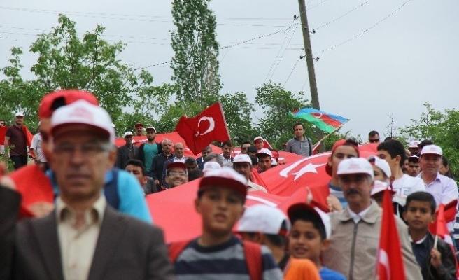 'Ermeni Soykırımı' iddialarına karşı dev Türk Bayrağıyla yürüdüler