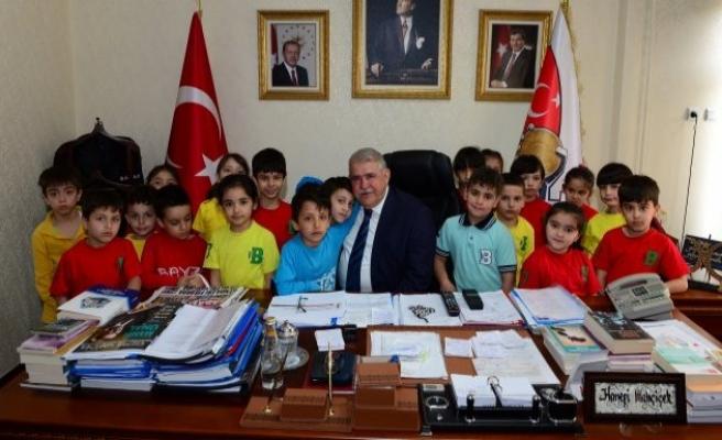 Öğrencilerden Başkan Mahçiçek'e 23 Nisan ziyareti