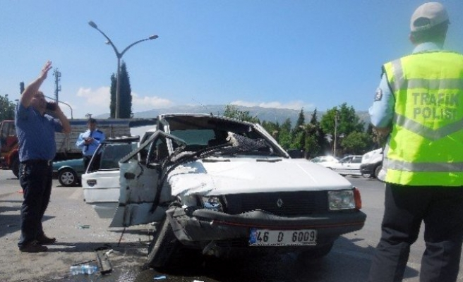 Ambulans ile otomobil çarpıştı: 1 ölü, 3 yaralı!