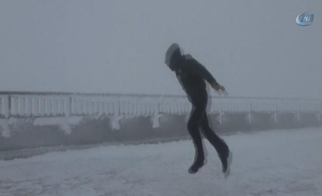175 km rüzgara karşı duran adam!