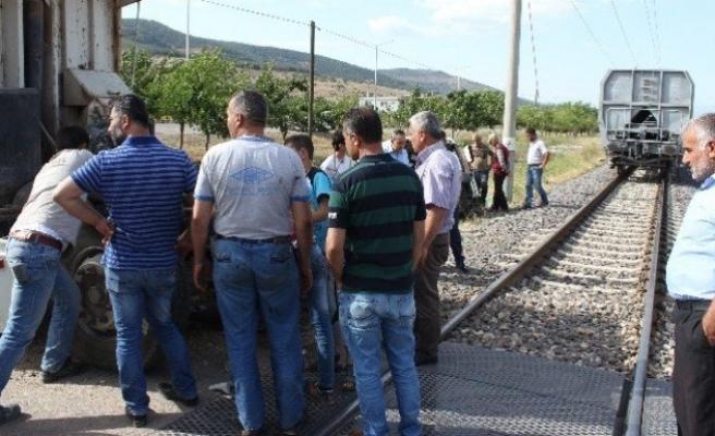 Kahramanmaraş'ta yük treni kamyonu biçti