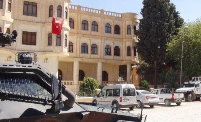 Kayyum atanan Nusaybin Belediyesi'ne Türk bayrağı asıldı!